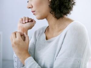 Atopowe zapalenie skóry dotyka nie tylko dzieci, ale też dorosłych – głównie kobiety. Jak je rozpoznać?