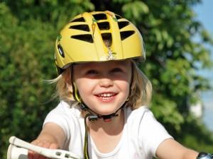 Bezpieczny mały rowerzysta
