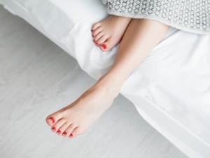 Bolesny problem stóp: haluksy. Jak się ich pozbyć?