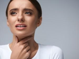 kobieta dotyka szyi