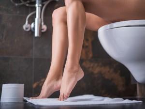 kobieta na toalecie, problemy intymne