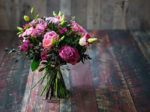 bukiet kwiatów z róż i eustomy
