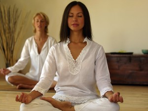 dwie kobiety siedzą i medytują
