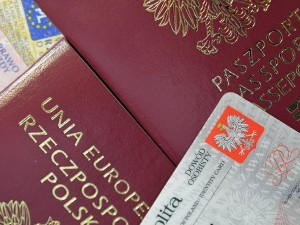 Chcesz wyrobić paszport? Skorzystaj z naszego poradnika! Dowiedz się, jak wyrobić ten dokument, a także poznaj wysokość opłat
