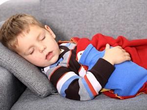 kilkulatek śpi na kanapie