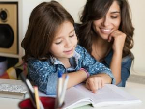 Coraz więcej dzieci rezygnuje ze szkoły i rozpoczyna homeschooling. Na czym on polega?