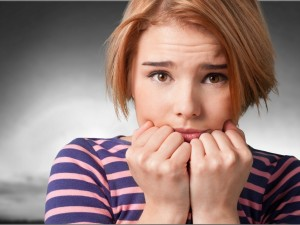 Czerwienisz się przy ludziach, boisz się z nimi rozmawiać, a każde wyjście z domu napawa cię lękiem? To może być fobia społeczna