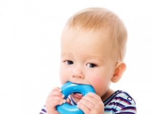 Czy wiesz jak oduczyć dziecko wkładania wszystkiego do buzi?