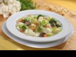 Czy wiesz jak przygotować letnią zupę jarzynową z migdałami?