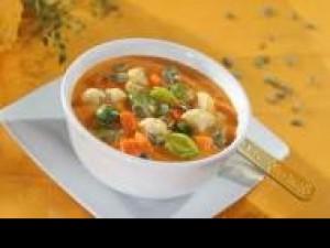 Czy wiesz jak przygotować zupę jarzynową z brokułami, cukinią i marchewką?