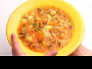 Czy wiesz jak przygotować zupę z indyka i świeżych warzyw?