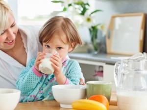 Wprowadzanie glutenu do diety dziecka powinno rozpocząć się między 5 a 6 miesiącem życia, stopniowo jako dodatek do mleka /fot. Fotolia