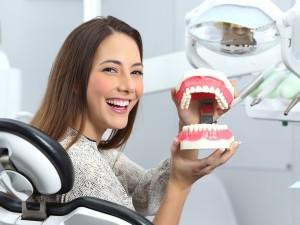 Czym uzupełnić brak zęba? Co wybrać: most protetyczny czy może implant?