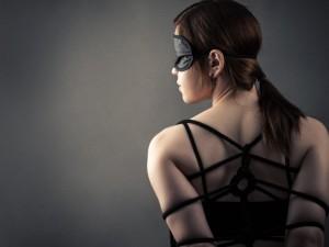 Czym właściwie jest BDSM? Czy klapsy i kajdanki to już sado-maso w sypialni?