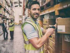pracownik przy pudełkach