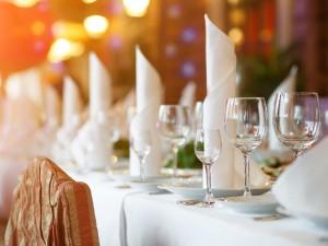 Dekoracja sali weselnej bez kwiatów – nowy trend!