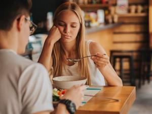 Depresja może zależeć od tego, co jemy i jak pracują nasze jelita? Zapytałyśmy o to dietetyka!