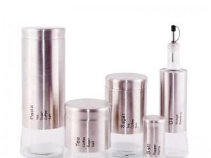 Quatre epices można przechowywać w pojemnikach lub słoiczkach.