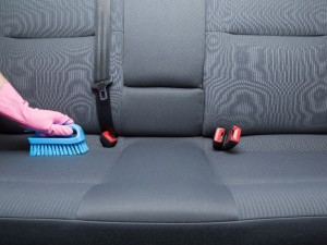Domowe i skuteczne metody na pranie tapicerki samochodowej. To takie proste!