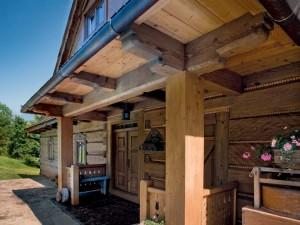 Drewniany dom w góralskim stylu