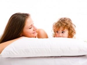 Dziecko w łóżku rodziców