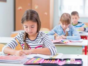 dzieci w ławkach szkolnych