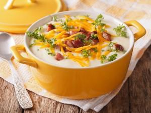 Gęsta i kremowa, idealna na chłodne dni - sprawdź nasze przepisy na zupę serową!