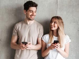 Para młodych osób patrzących na siebie