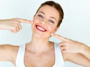 kobieta pokazuje białe zęby