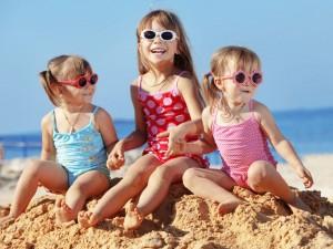 Jak bezpiecznie korzystać ze słońca wraz z rodziną?