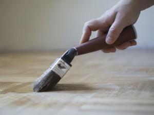 Jak i czym usunąć szpary w parkiecie?