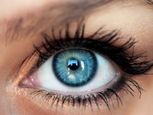 Jak prawidłowo zakładać i zdejmować soczewki kontaktowe?