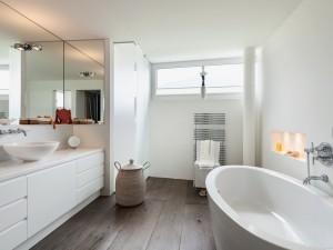 Jak urządzić łazienkę w stylu skandynawskim? To nie tylko białe ściany!