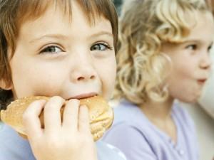 Jak zdrowo karmić dzieci