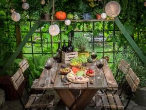 nakryty stół w ogrodzie