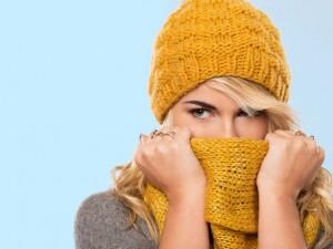 Kobieta w żółtym szaliku i czapce