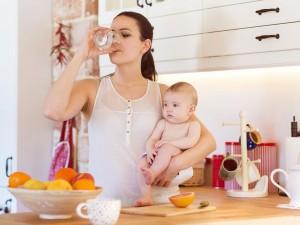 Jeśli karmisz piersią, pij dużo wody. Sprawdź, dlaczego!