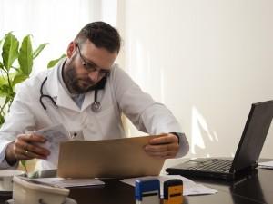 lekarz przeglądający kartę pacjenta