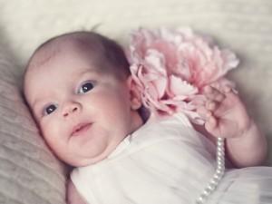 Kobieta zrobiła manicure... niemowlęciu! Wygląda po prostu ohydnie