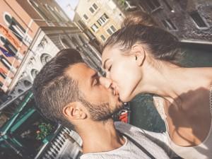 Krótkie vademecum... z całowania! Dowiedz się, jak się całować i poznaj rodzaje pocałunków