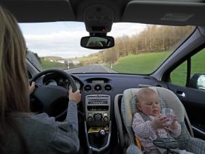 Lista niezbędnych rzeczy w samochodzie, gdy wybierasz się z dzieckiem w długą podróż