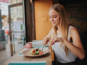 Masz endometriozę? Zapytałyśmy dietetyczkę, co powinnaś jeść, by złagodzić objawy choroby!