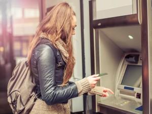 kobieta przy bankomacie