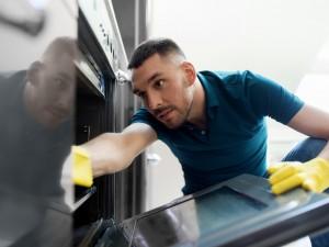 Mężczyzna sprzątający w domu to nadal rzadki widok. Jak wygląda podział obowiązków w polskich rodzinach?