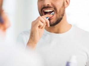 mężczyzna myjący zęby