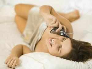 kobieta, łóżko, telefon