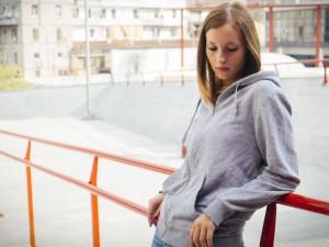 Nastoletnia mama: czy mogą wyrzucić mnie ze szkoły przez ciążę?