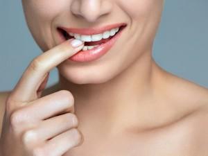 Nie lubisz swoich zębów? Załóż licówki. Sprawdzamy, które warto wybrać i ile kosztują!