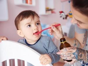 Niektóre dzieci odczuwają dziwne objawy po kuracji popularnym syropem. Czy jest on niebezpieczny?