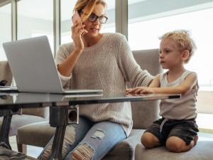 """""""Nienawidzę telefonu mamy"""" - napisał chłopiec w wypracowaniu. Jego praca stała się HITEM internetu"""